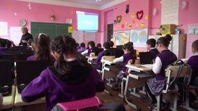 Poti, Gruzja - 16 04 2019: dzieci aktywnie uczestnicz? w klasie, czytaj? i s?uchaj? nauczyciel, zbiory wideo