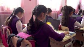 Poti, Gruzja - 16 04 2019: dzieci aktywnie uczestnicz? w klasie, czytaj? i s?uchaj? nauczyciel, zbiory