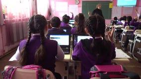 Poti, Gruzja - 16 04 2019: dzieci aktywnie uczestnicz? w klasie, czytaj? i s?uchaj? nauczyciel, zdjęcie wideo