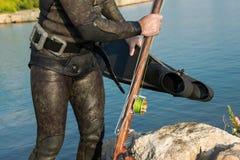 Poti il punto di vista dell'uomo adulto del subaqueo su una spiaggia con lo spearfishi immagine stock libera da diritti