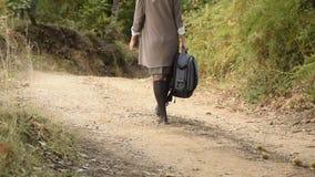 Poti il punto di vista di giovane donna universitarian atractive con lo zaino che cammina nel legno, parco archivi video
