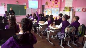 Poti, la Géorgie - 16 04 2019 : les enfants participent activement à la classe, lire et écouter le professeur clips vidéos