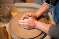Potier d'artisan jetant un pot Image libre de droits