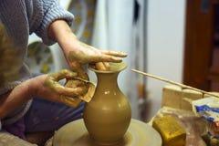 Potier féminin faisant le pot d'argile Photo stock