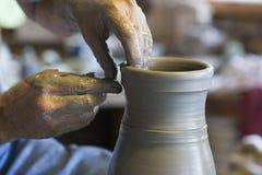 Potier jetant un vase photographie stock libre de droits