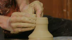 Potier masculin professionnel faisant la céramique dans l'atelier clips vidéos