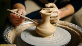 Potier modelant le pot en c?ramique de l'argile sur une roue de potier banque de vidéos