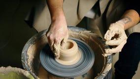 Potier modelant le pot en c?ramique de l'argile sur une roue de potier Atelier, concept d'art banque de vidéos