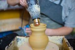 Potier séchant le pot en céramique avec le dessiccateur spécial photographie stock libre de droits
