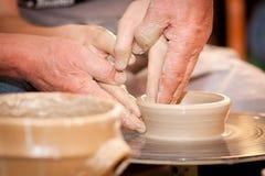 Potier sur la roue de potiers Photographie stock libre de droits