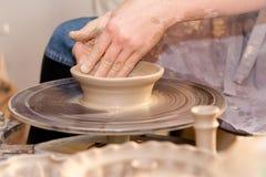 Potier sur la roue de potiers Photo stock