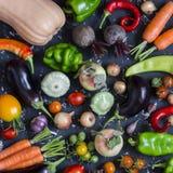 Potiron, aubergine, poivrons, carottes, tomates, oignons, ail et betteraves végétaux de récolte d'automne sur un fond foncé Photos libres de droits