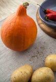 Potiron avec les poivrons et la pomme de terre de piment rouge Image stock