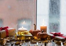 Potiron, cadeaux et bougies avec des feuilles d'érable Images libres de droits