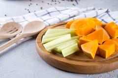 Potiron coupé en tranches sur un conseil en bois Nourriture de cuisine familiale avec le potiron Photo libre de droits