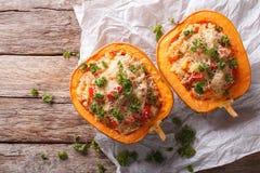 Potiron cuit au four avec le couscous, la viande, les légumes et le plan rapproché de fromage Photographie stock libre de droits