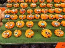 Potiron décoré au marché d'agriculteurs photos stock