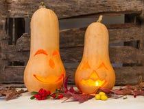 Potiron découpé avec la bougie de Halloween sur le vieux fond en bois rustique photos stock