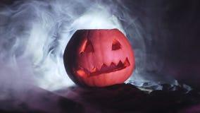 Potiron découpé de Halloween, autour de la fumée sur un plan rapproché noir de fond banque de vidéos