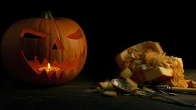 Potiron découpant sur le Tableau - concept de Halloween banque de vidéos