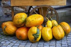 Potiron d'automne et partie de chariots rustiques de roue photos stock