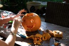 Potiron d?coupant pour Halloween image stock