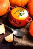 Potiron de Butternut et soupe chauds faits maison à courge avec les graines et le Cr Images libres de droits