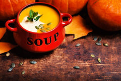 Potiron de Butternut et soupe chauds faits maison à courge avec les graines et le Cr Photographie stock