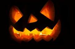 Potiron de Halloween avec des bougies et des feuilles Photos stock