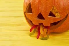 Potiron de Halloween avec des vers de gelée dans la bouche image libre de droits