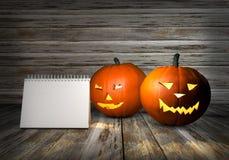 Potiron de Halloween avec l'espace de copie Lanterne de Jack avec la lumière de bougie à l'intérieur sur le fond en bois illustra Images stock