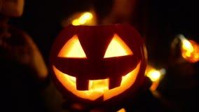 Potiron de Halloween avec le visage effrayant avec avec une bougie brûlante clips vidéos