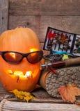 Potiron de Halloween avec patauger les bottes et la pêche à la mouche Photo libre de droits