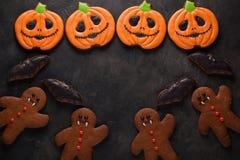 Potiron de Halloween, bonhomme en pain d'épice et tir aérien de biscuits de battes avec l'espace de copie Sur le fond concret fon Photo libre de droits