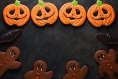 Potiron de Halloween, bonhomme en pain d'épice et tir aérien de biscuits de battes avec l'espace de copie Sur le fond concret fon Image stock