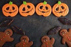 Potiron de Halloween, bonhomme en pain d'épice et tir aérien de biscuits de battes avec l'espace de copie Sur le fond concret fon Image libre de droits