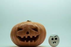 Potiron de Halloween contre les oeufs fâchés images libres de droits