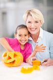 Potiron de Halloween de grand-mère de fille Image stock