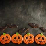 Potiron de Halloween et tir aérien de biscuits de battes avec l'espace de copie Sur le fond concret foncé Photo libre de droits