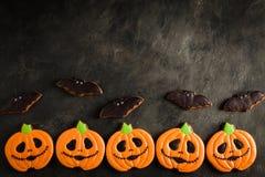 Potiron de Halloween et tir aérien de biscuits de battes avec l'espace de copie Sur le fond concret foncé Traitement de vintage Photographie stock libre de droits