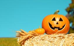 Potiron de Halloween, Jack drôle O& x27 ; Lanterne sur Straw Bale au-dessus de ciel Image libre de droits
