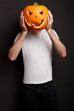 Potiron de Halloween sur la tête de l'homme Photographie stock