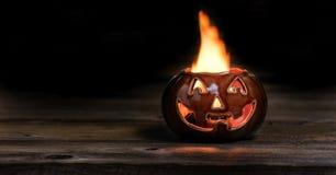 Potiron de Halloween sur le feu pendant la nuit photo libre de droits