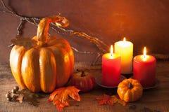 Potiron de papier-pierre et feuilles d'automne d'or décoratifs pour hal Photos stock