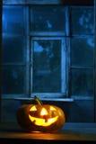 Potiron de Veille de la toussaint dans la nuit sur la vieille pièce en bois Image libre de droits