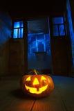Potiron de Veille de la toussaint dans la nuit sur la vieille pièce en bois Photo libre de droits
