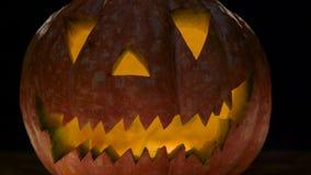 Potiron de Veille de la toussaint avec le visage effrayant Fond noir Fin vers le haut clips vidéos