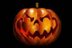 Potiron effrayant de Halloween ressemblant à une tête chinoise de dragon, isolat Photos stock