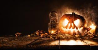 Potiron effrayant de Halloween sur les planches en bois Photo libre de droits