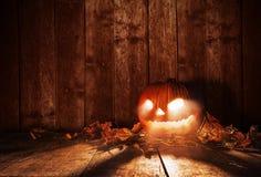 Potiron effrayant de Halloween sur les planches en bois Photo stock